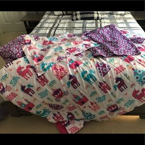 Twin sz child's bedding.